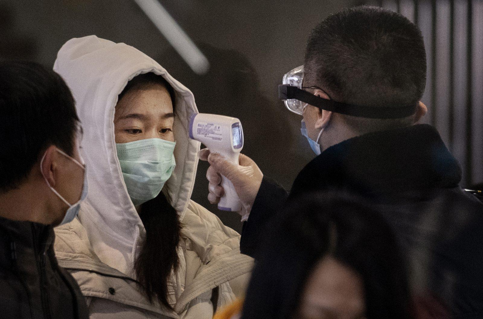 Pessoa com máscara sendo escaneada para detectar a presença ou não do coronavírus.